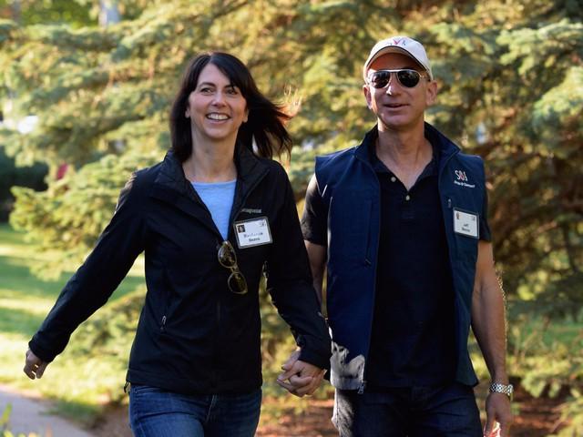 Tỷ phú Jeff Bezos quyết định kết hôn chỉ sau vài tháng hẹn hò. Ông chia sẻ bà Mackenzei chính là hình mẫu lí tưởng về một người phụ nữ tháo vát, thông minh trong mắt ông.