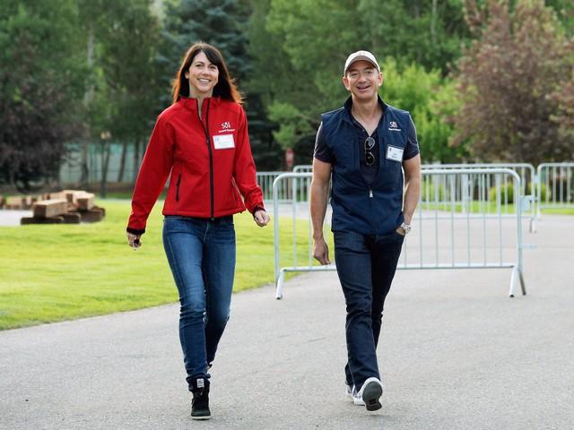 Tỷ phú Jeff Bezos là người lãng mạn, thích mua quần áo tặng vợ và rửa bát giúp vợ mỗi tối.