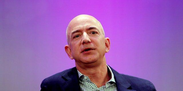 Tỷ phú giàu thứ 2 thế giới Jeff Bezos đã tốt nghiệp chuyên ngành kỹ sư điện và khoa học máy tính tại đại học Princeton. Khi còn đi học, ông cũng lãnh đạo của chương trình Khám phá và phát triển không gian của sinh viên.