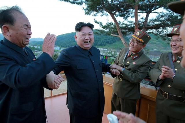 Ri Pyong Chol (trái) được sự ưu ái từ nhà lãnh đạo kim Jong Un (giữa).