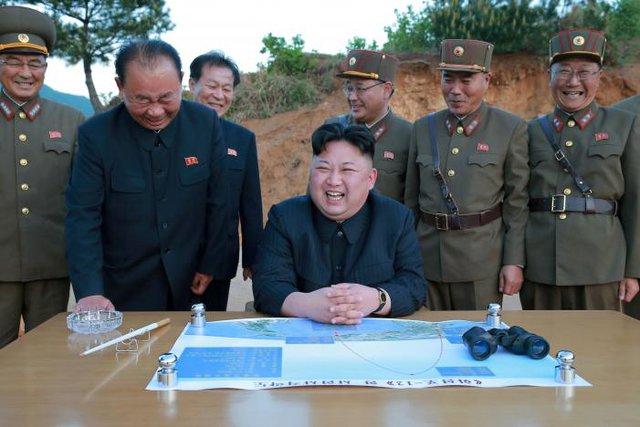 Bộ ba bí ẩn gồm Ri Pyong Chol (thứ 2 từ trái), Kim Jong Sik (giữa) và Jang Chang Ha (thứ 2 từ phải).