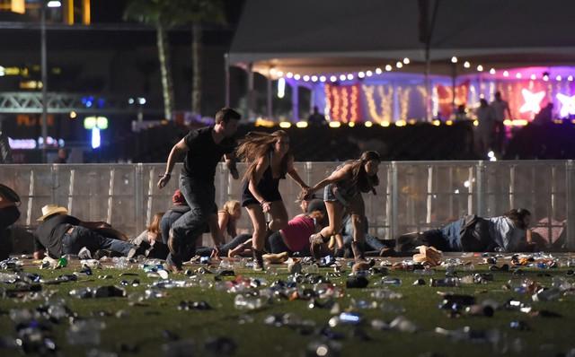 Khán giả bỏ chạy toán loạn dưới con mưa đạn của kẻ tấn công.