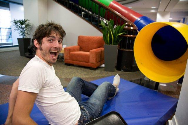 Nhân viên của Google có nhiều cách thức để giải trí ngay tại văn phòng. Đây là phong cách điển hình của các công ty công nghệ hàng đầu thế giới. Ảnh: Business Insider