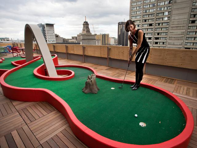 Sân Golf nhân nhỏ được xây dựng trên mái một tòa nhà văn phòng của Google, nơi nhân viên có thể giải trí mọi lúc. Ảnh: Business Insider