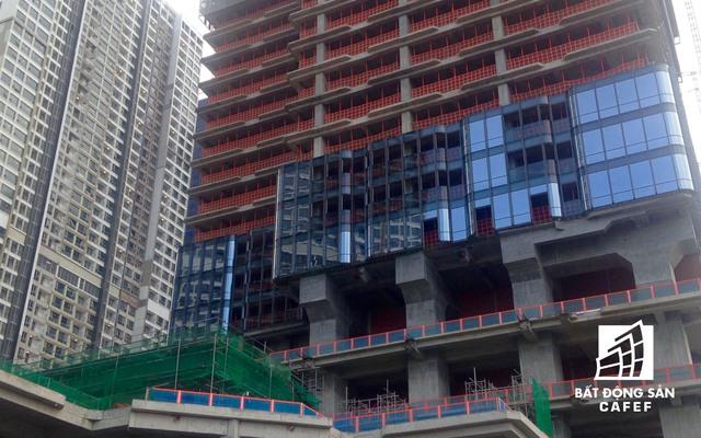 Phần tầng dưới đang được các nhà thầu lắp kính.