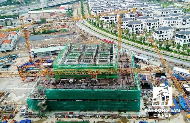 Số lượng căn hộ/sàn: 10 - 20 căn; Số lượng thang máy: 26 thang máy; Số lượng thang thoát hiểm: 2 thang. Dự kiến hoàn thành trong năm 2018.
