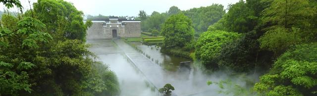 Nằm sâu trong một khu rừng cách Thượng Hải khoảng 32 km về phía tây nam, ngôi làng Amanyangyun từng nhiều năm chìm trong quên lãng. Tuy nhiên, một dự án bảo tồn khó tin, kéo dài hơn một thập kỷ, đã biến nơi đây thành khu nghỉ dưỡng sang trọng nhưng vẫn giữ được vẻ đẹp truyền thống của ngôi làng cổ, vốn có từ thời nhà Minh cách đây nhiều thế kỷ.