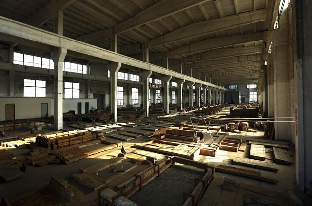 Trong khu nhà xưởng rộng lớn, người ta nỗ lực tạo dựng lại những ngôi nhà cổ với quá trình xây dựng lại có thể kéo dài tới vài năm. Kiến trúc cổ không sử dụng tới đinh và vít mà thay vào đó là các mộng gỗ. Mỗi ngôi nhà thường có 350 tới 500 khớp nối như thế.