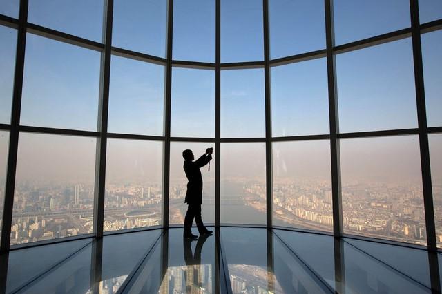 Là tòa nhà cao thứ 5 thế giới nhưng Tháp Tháp Lotte World sở hữu kỷ lục với đài quan sát sàn kính cao nhất.