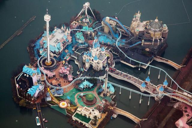 Công viên giải trí Lotte World được quan sát dễ dàng từ tòa tháp mới của Lotte.