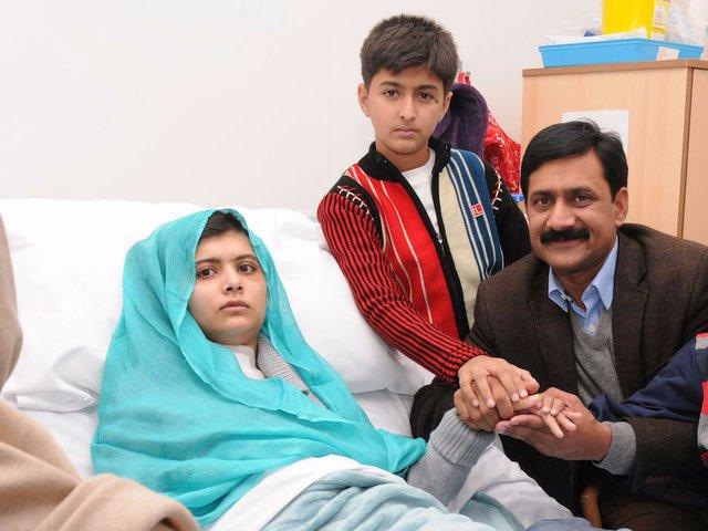 """Malala sinh ra và lớn lên ở Thung lũng Swat, miền tây bắc Pakistan. Taliban kiểm soát khu vực này năm 2007. Bất chấp lệnh cấm, cô bé vẫn tới trường. """"Tôi không thể nào tưởng tượng nổi cuộc sống bị giới hạn trong bốn bức tường và không phải là mình"""", Malala kể lại lý do khiến cô quyết tới trường."""