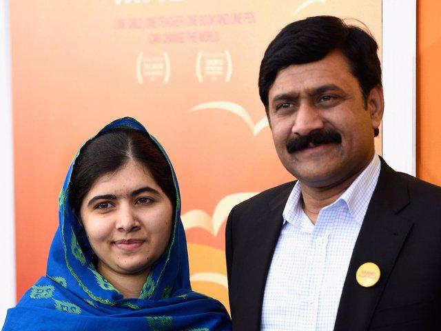 Tuy nhiên, năm 2012, Malala bị bắn bởi một thành viên Taliban vì dám đến trường. Viên đạn suýt chút nữa găm thẳng vào não cô gái 14 tuổi. Vụ việc không khiến Malala cảm thấy sợ hãi mà ngược lại, cô còn tích cực hoạt động để bảo vệ quyền được đi học của trẻ em gái trên khắp thế giới.