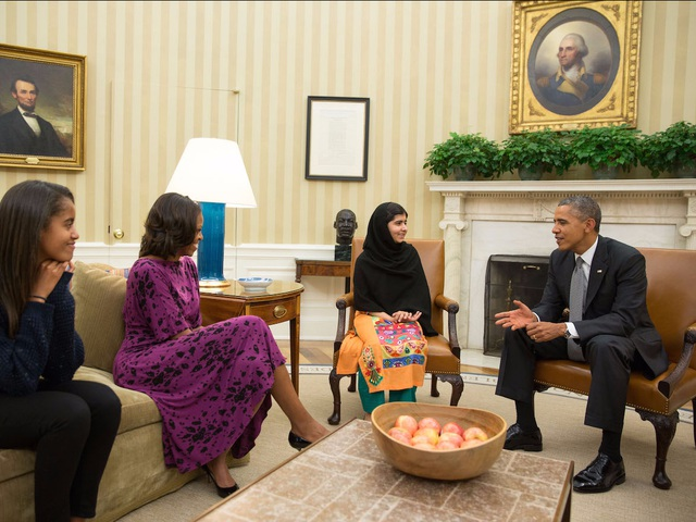 """Malala từng gặp gia đình Tổng thống Barack Obama và bày tỏ sự phản đối với các hoạt động không kích bằng máy bay không người lái ở Pakistan. """"Nhiều người vô tội bị giết bởi các hoạt động này, dẫn tới sự oán giận trong lòng người dân Pakistan"""", cô gái trẻ nói thẳng trong cuộc gặp với người đàn ông quyền lực bậc nhất thế giới."""