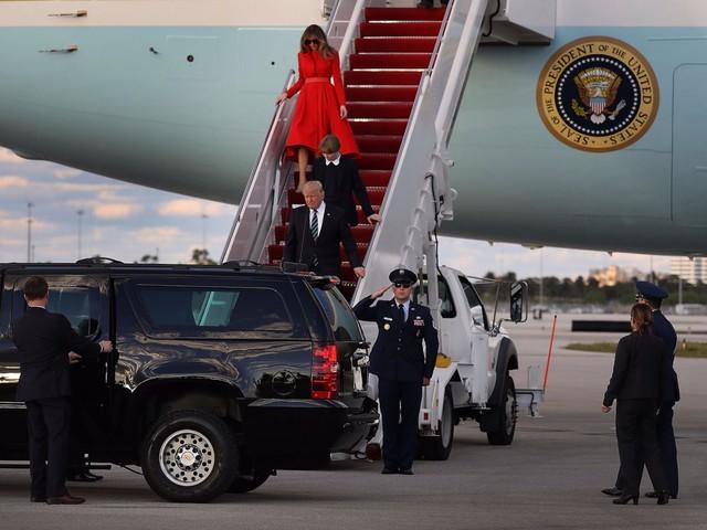 Trong quá trình bảo vệ Đệ nhất gia đình, lực lượng mật vụ được chia thành nhiều vòng. Những người đi cạnh Tổng thống hoặc Đệ nhất phu nhân là những người thân cận nhất bởi họ sẽ dùng chính thân mình để che chắn cho người được bảo vệ trong trường hợp xảy ra tình huống khẩn cấp.