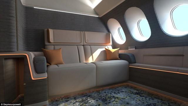 Bên trong khoang hạng nhất có cửa ra vào, ghế sofa dài hoặc ghế dài gấp tạo thành giường.