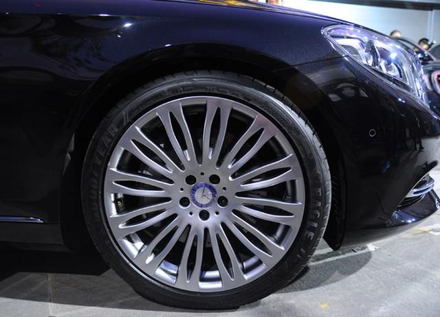 Sự khác biệt duy nhất ở ngoại thất chính là thiết kế mâm xe, với loại 19 inch đa chấu đơn trên Mercedes-Maybach S 400 4MATIC, loại 20 inch đa chấu kép cách điệu trên Mercedes-Maybach S 500 (ảnh).