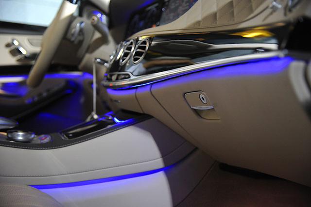 Ngoài ra, nội thất xe còn được trang bị hệ thống đèn LED viền xung quanh xe với nhiều màu sắc tùy chọn cho người sử dụng. Hiện tại, Mercedes-Maybach S 400 4MATIC và Mercedes-Maybach S 500 sẽ có giá lần lượt 6,899 tỷ đồng và 10,999 tỷ đồng (đã bao gồm VAT).