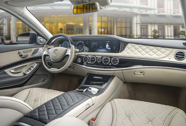 Tuy nhiên, điều khác biệt mà Mercedes-Maybach S 400 4MATIC và Mercedes-Maybach S 500 muốn mang lại cho khách hàng so với các mẫu xe khác không phải ở ngoại thất mà nằm ở nội thất của xe. Khoang nội thất của cả 2 phiên bản đều tràn ngập chất liệu gỗ quý đi cùng da Nappa Exclusive hoặc designo Exclusive Semi-aniline thượng hạng.