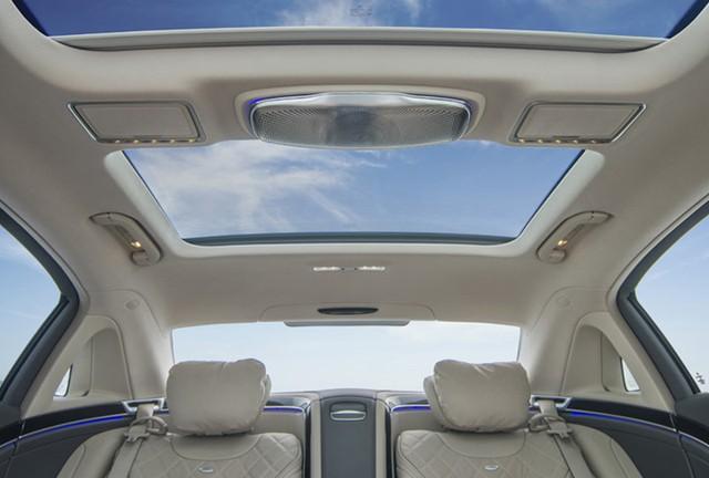 Cửa sổ trời siêu rộng với kính đổi màu Magic Sky Control cũng là trang bị tiêu chuẩn trên hai phiên bản Mercedes-Maybach mới.