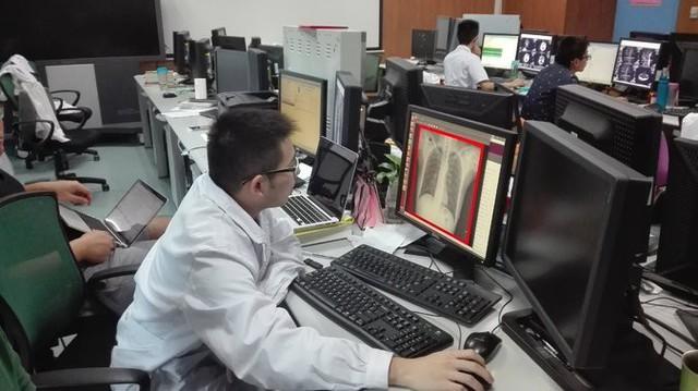 Các bác sĩ sử dụng các sản phẩm của Infervision tại Bệnh viện Wuhan Tongji ở Trung Quốc.