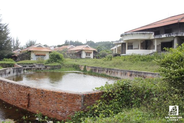Tại dự án du lịch Thế Giới Xanh, những người làm công việc trông coi khu resort này cho biết khu du lịch bị bỏ hoang nhiều năm nay.