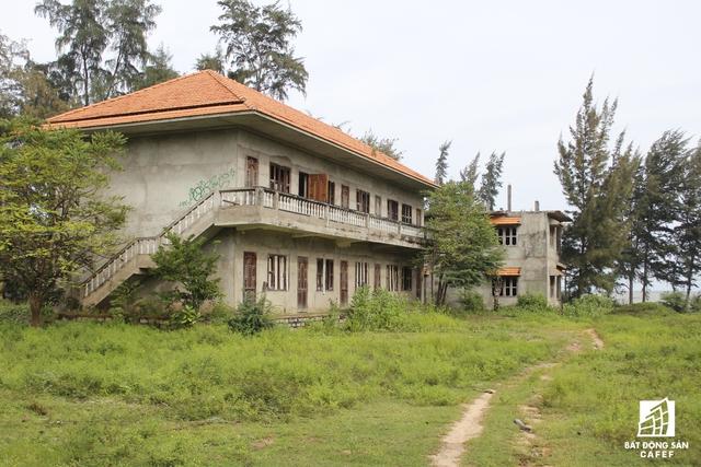 Người dân xung quanh tận dụng một số căn biệt thự làm sân phơi rong biển.