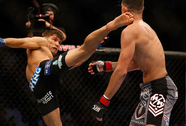 Trong thi đấu MMA, võ sĩ được phép sử dụng mọi đòn đánh nhằm hạ gục đối thủ.