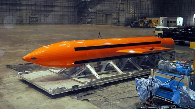 Mỗi quả bom MOAB dài gần 10 m với đường kính hơn 1m.