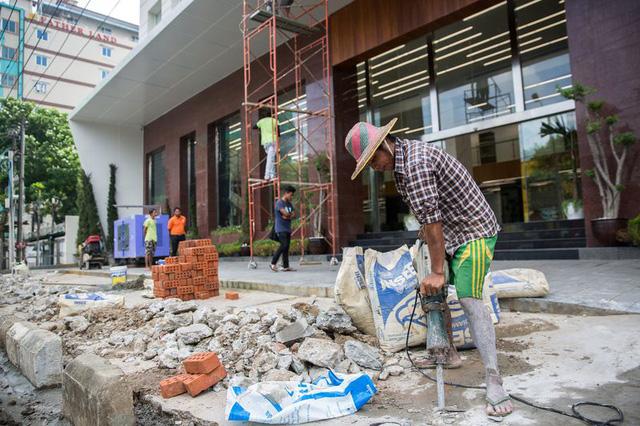 Các hoạt động xây dựng, sửa chữa bên ngoài Khách sạn Pan Pacific, chuẩn bị khai trương ở thủ đô Yangon, Myanmar. Ảnh: Bloomberg