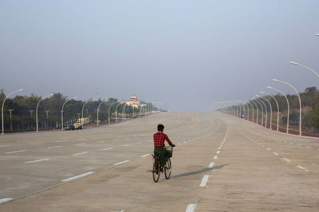 Sự hoang vắng ở thủ đô Naypyitaw. Ảnh: Bloomberg