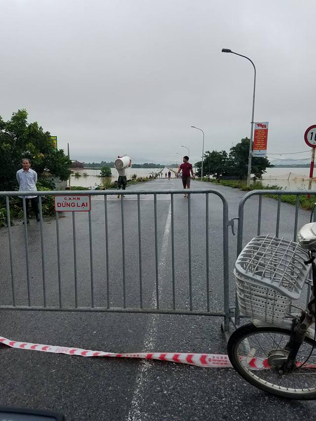 Đoạn đường liên huyện cũng bị cấm đường do nước ngập quá lớn.