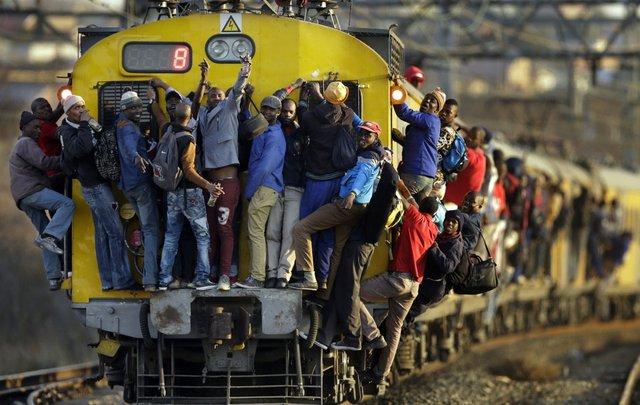 Người dân liều mình bán trên đoàn tàu ở Soweto, Nam Phi. Ảnh: AP