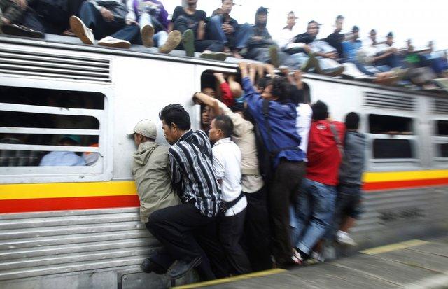 Người dân liều mạng bám trên một đoàn tàu ở tỉnh Tây Java, Indonesia.