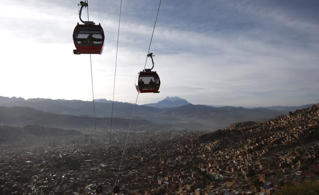 Cáp treo phục vụ người dân ở La Paz, Bolivia. Phía dưới là những ngôi nhà nằm san sát. Ảnh: AP