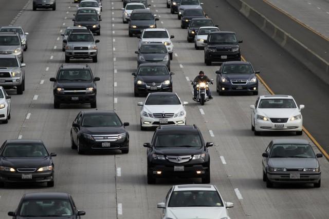 Giao thông tại Los Angeles, nơi người dân thường mất trung bình 90 giờ/năm vì tắc đường. Trong khi đó, người Mỹ trung bình lãng phí 38 giờ/năm vì tình trạng này. Ảnh: Getty