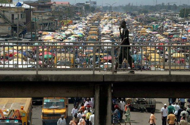 Với 21 triệu người, Lagos trở thành đô thị đông dân nhất châu Phi. Dân số tăng gấp 20 gần 20 lần trong chưa đầy 4 thập kỷ khiến cơ sở hạ tầng ở đây bị quá tải. Ảnh: Reuters