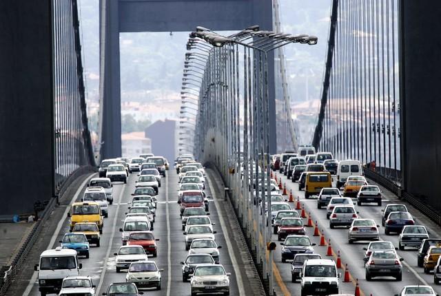 Tại Istanbul, Thổ Nhĩ Kỳ, mỗi lái xe lãng phí 125 giờ/năm vì tắc đường. Ảnh: Reuters