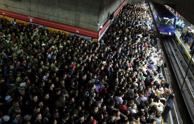 Biển người chờ tàu điện ngầm ở Sao Paulo, Brazil. Ảnh: Reuters