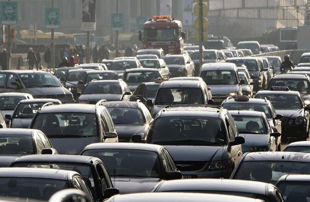 Tắc đường ở Brussels, Bỉ. Mỗi lái xe ở đây lãng phí 94 giờ/năm vì ùn tắc. Ảnh: Reuters
