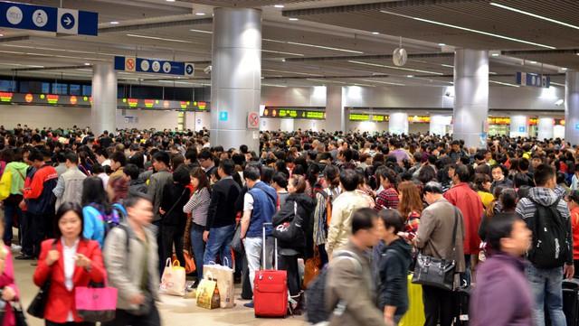 Đám đông chờ đợi để di chuyển từ Thâm Quyến tới Hồng Kông, Trung Quốc. Hàng ngày, có hàng trăm ngàn người đi lại trên tuyến đường này. Ảnh: Flickr