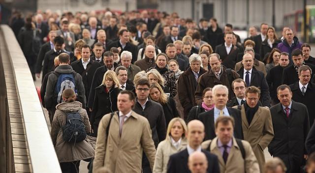 Đoàn người đi bộ qua cầu London ở thủ đô Vương quốc Anh. Ảnh: Getty