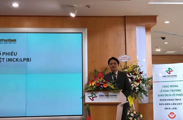Ông Nguyễn Đức Hưởng, chủ tịch LienVietPostBank phát biểu trước giờ đánh cồng lên sàn