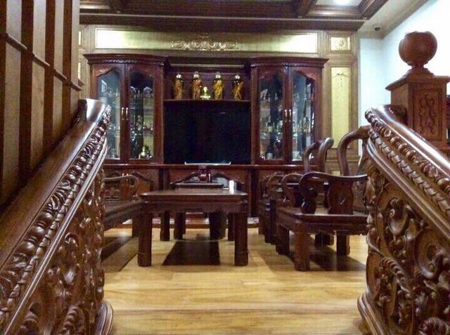 Căn biệt thự có khá nhiều bộ bàn ghế gỗ lớn nhỏ, bày khắp nơi trong nhà.