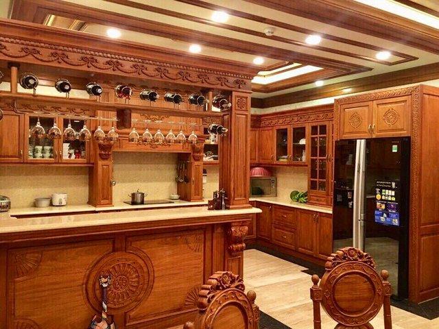 Bước vào trong biệt thự, nội thất toàn đồ gỗ xịn từ trần, sàn, thang,... khiến người nhìn choáng ngợp.