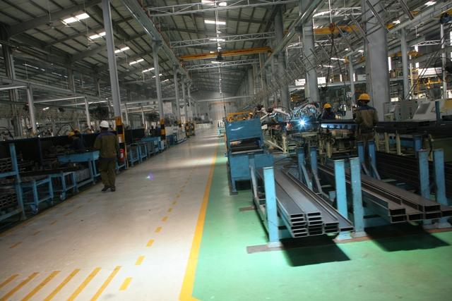 Nhà máy thép hoạt động trên lĩnh vực gia công sản xuất các loại vật tư sắt, thép, gang, chi tiết cơ khí chính xác, cung cấp cho các công ty trong và ngoài hệ thống.
