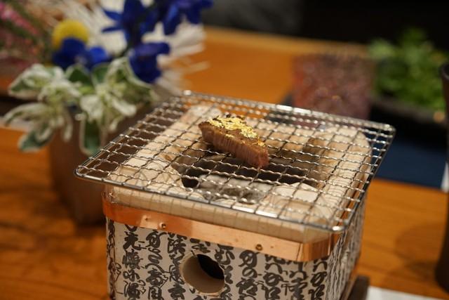 Mỗi thực khách có một lò nướng nhỏ để họ có thể làm nóng miếng thịt nếu muốn.