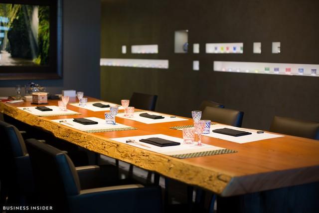 Không gian bên trong nhà hàng gần như bị nuốt chửng bởi một chiếc bàn gỗ lớn. Đây cũng là chiếc bàn duy nhất của nhà hàng. Nó có khả năng phục vụ tối đa khoảng 8 thực khách mỗi lần. Chiếc bàn này được làm từ một thân cây 800 năm tuổi của Nhật Bản. Khi chuyển nó vào nhà hàng, người ta phải dùng một chiếc cần cẩu nhỏ và 10 người đàn ông để đặt nó vào vị trí trước khi xây tường.