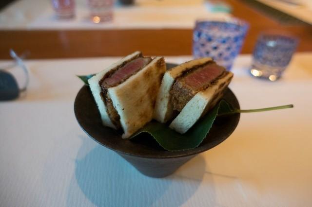 Một bữa tối có 10 món với thực đơn thay đổi hàng ngày, được đích thân Kimura và một đầu bếp thân cận khác chuẩn bị.