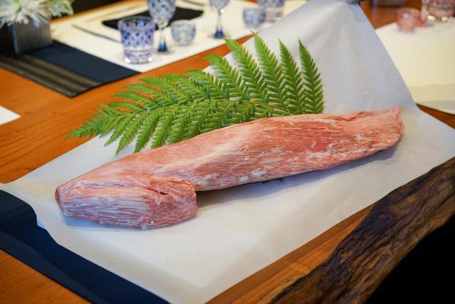 Thịt bò Kobe sẵn sàng phục vụ thực khách. Cả đời theo đuổi sự nghiệp làm ra những món ăn khác lạ, Kimura có tới 40 năm kinh nghiệm trong việc hoàn thiện nghệ thuật nướng thịt bò, món ăn mang lại tên tuổi cho nhà hàng và cá nhân ông.