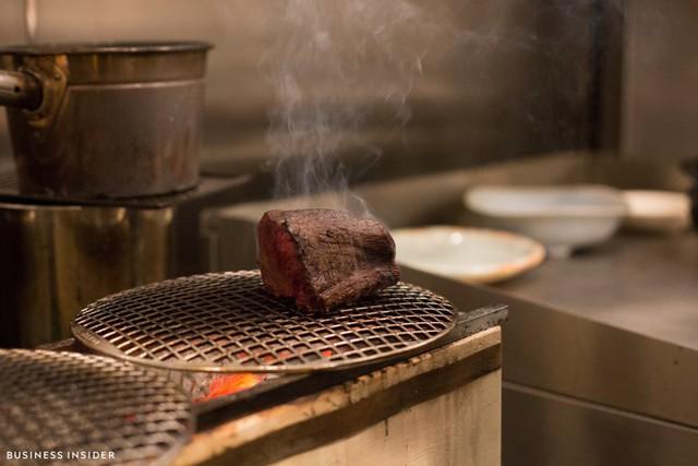 Kimura nhập thực phẩm hàng tuần từ Nhật Bản. Ông cũng dùng lò nướng truyền thống của Nhật Bản, sử dụng than củi để nướng thức ăn khiến chúng có hương vị đặc trưng và độc đáo. Tuy nhiên, ông từ chối tiết lộ bí quyết nấu nướng của bản thân.
